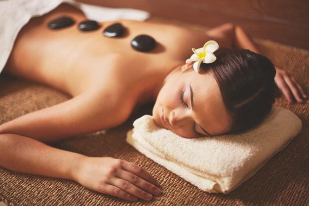 masaje con piedras para la salud